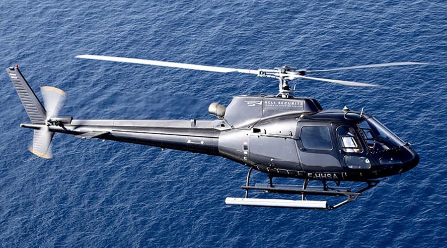 Hélicoptère volant vers les Gorges du Verdon