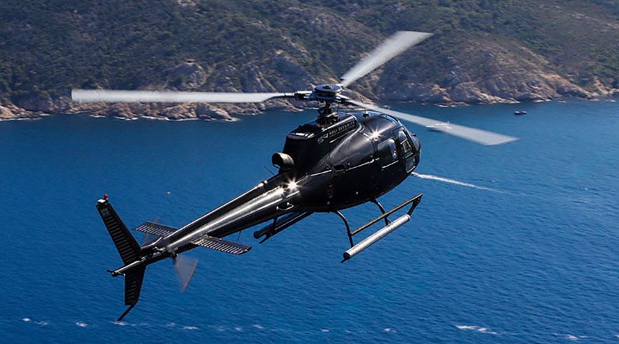 Hélicoptère Airbus H 125 volant au dessus de la mer